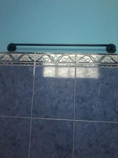 Gantungan baju kamar mandi dari besi