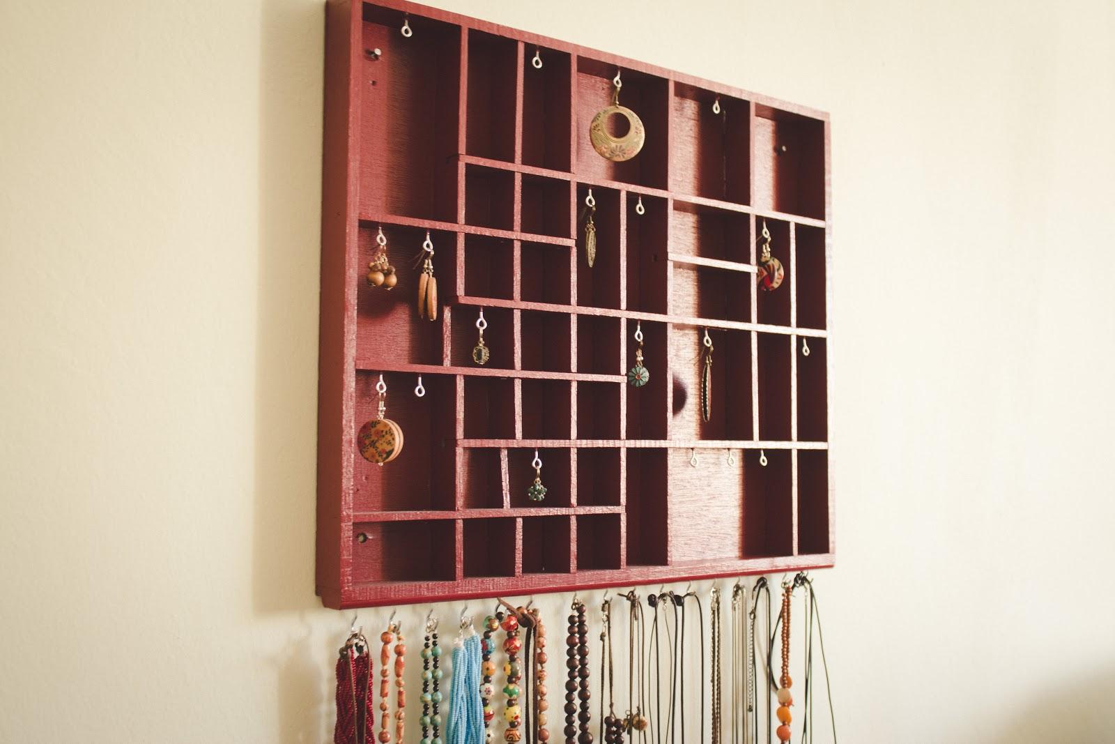 diy schmuckaufbewahrung aus einem alten setzkasten. Black Bedroom Furniture Sets. Home Design Ideas