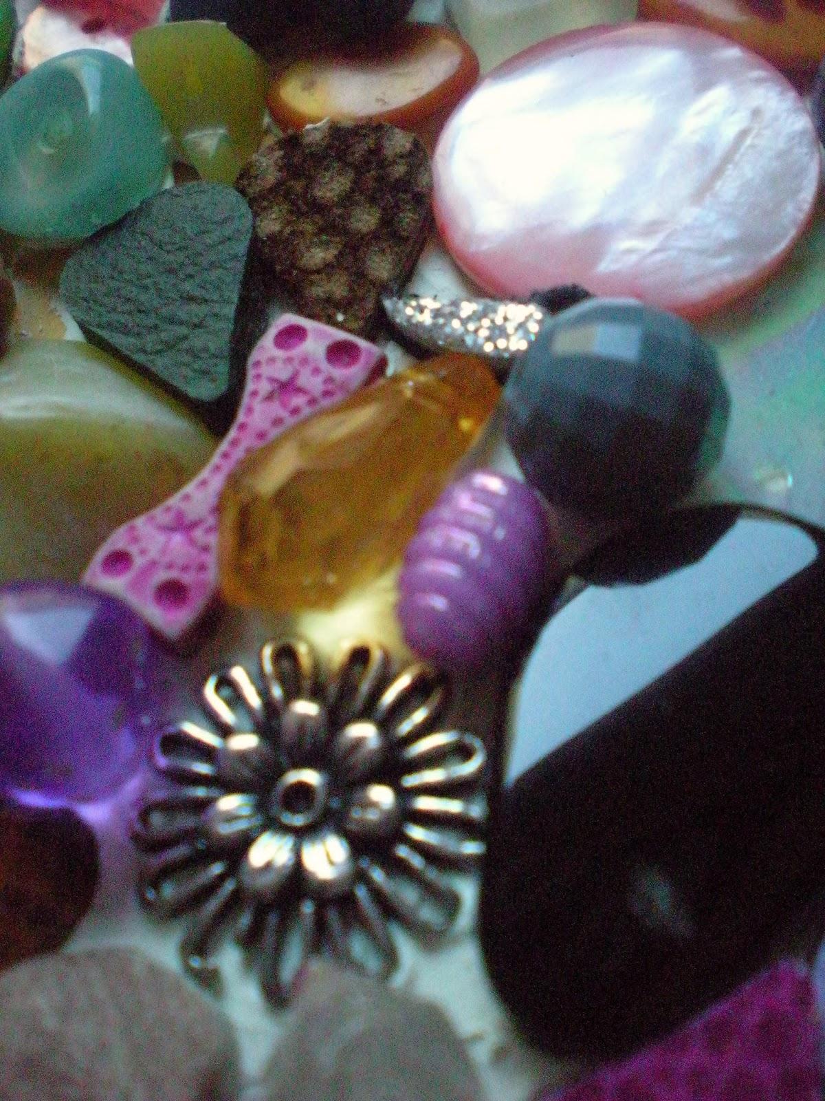 Perline e bottoni: IKEA, COLLA E CAOS