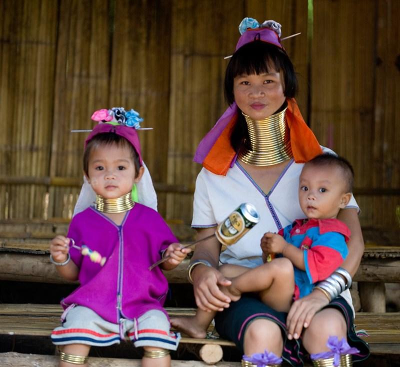 Bộ tộc phụ nữ đeo vòng làm cổ dài ở thái lan 7