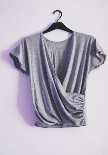 http://www.shein.com/Grey-Deep-V-Neck-Backless-Slim-T-Shirt-p-213830-cat-1738.html?utm_source=pomaranczowa-pomarancz.blogspot.jp&utm_medium=blogger&url_from=pomaranczowa-pomarancz.blogspot.jp