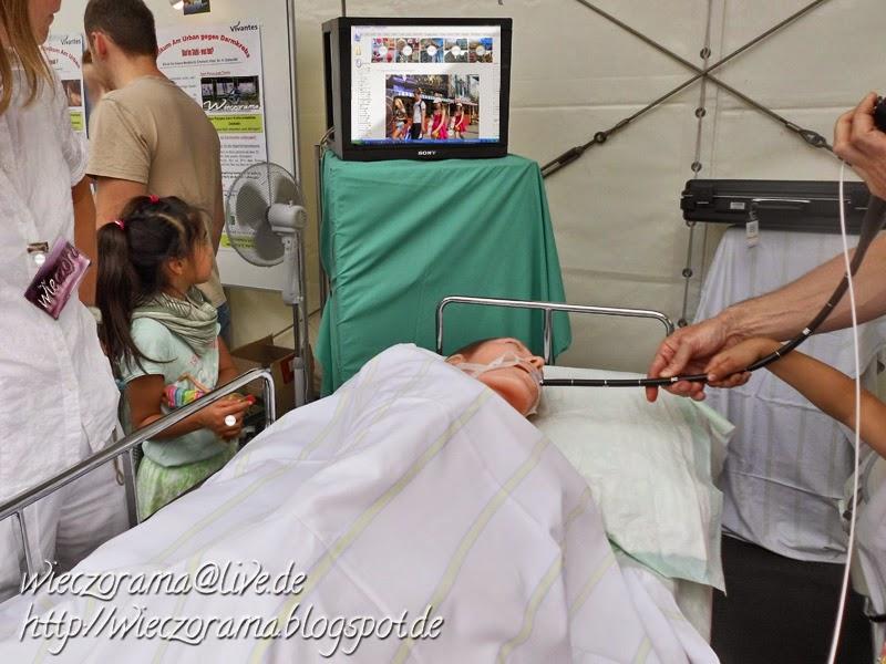 Das Bild zeigt eine Fotomontage die auf einer fotografierten Krankenhausszene basiert Am Tag der Gesundheit zeigte das Klinikum am Urban den Besuchenden insb den Kindern wie die Medizinerinnen in den Magen eines Patienten schauen können