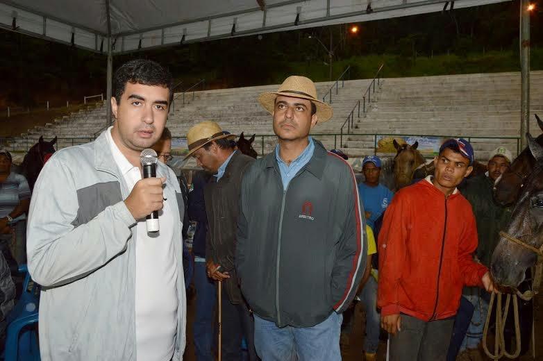 Secretário de Governo, Leonardo Vasconcellos, entrega troféu para José Gilvan Macário, criador de Teresópolis, com animais vencedores em três categorias
