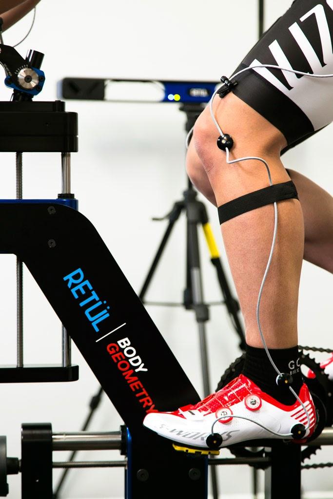 専用器具を身につけ、サイクリングポジションの最適化を図る