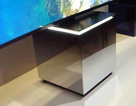 Loại chân đế vuông giúp thay thế bàn để TV như trước đây.