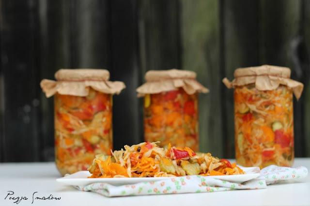 Surówka konserwowa z sześciu składników.