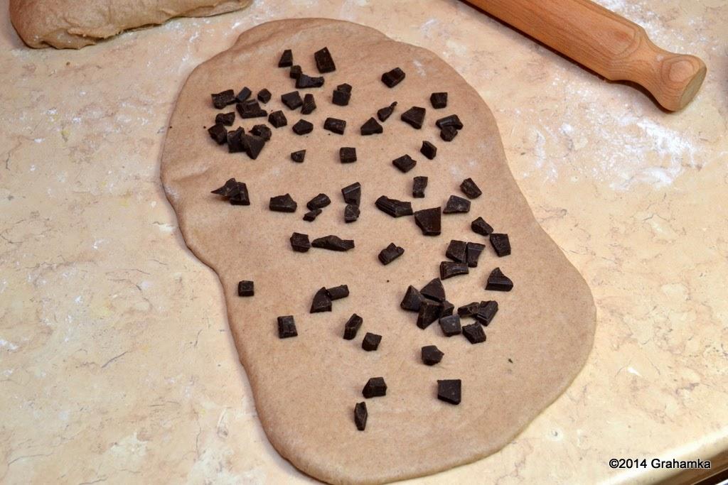 Ciasto rozwałkowane i posypane czekoladą. Pkt 5.