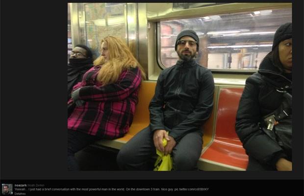 Sergey Brin um bilionário no metrô testando óculos da Google. 1