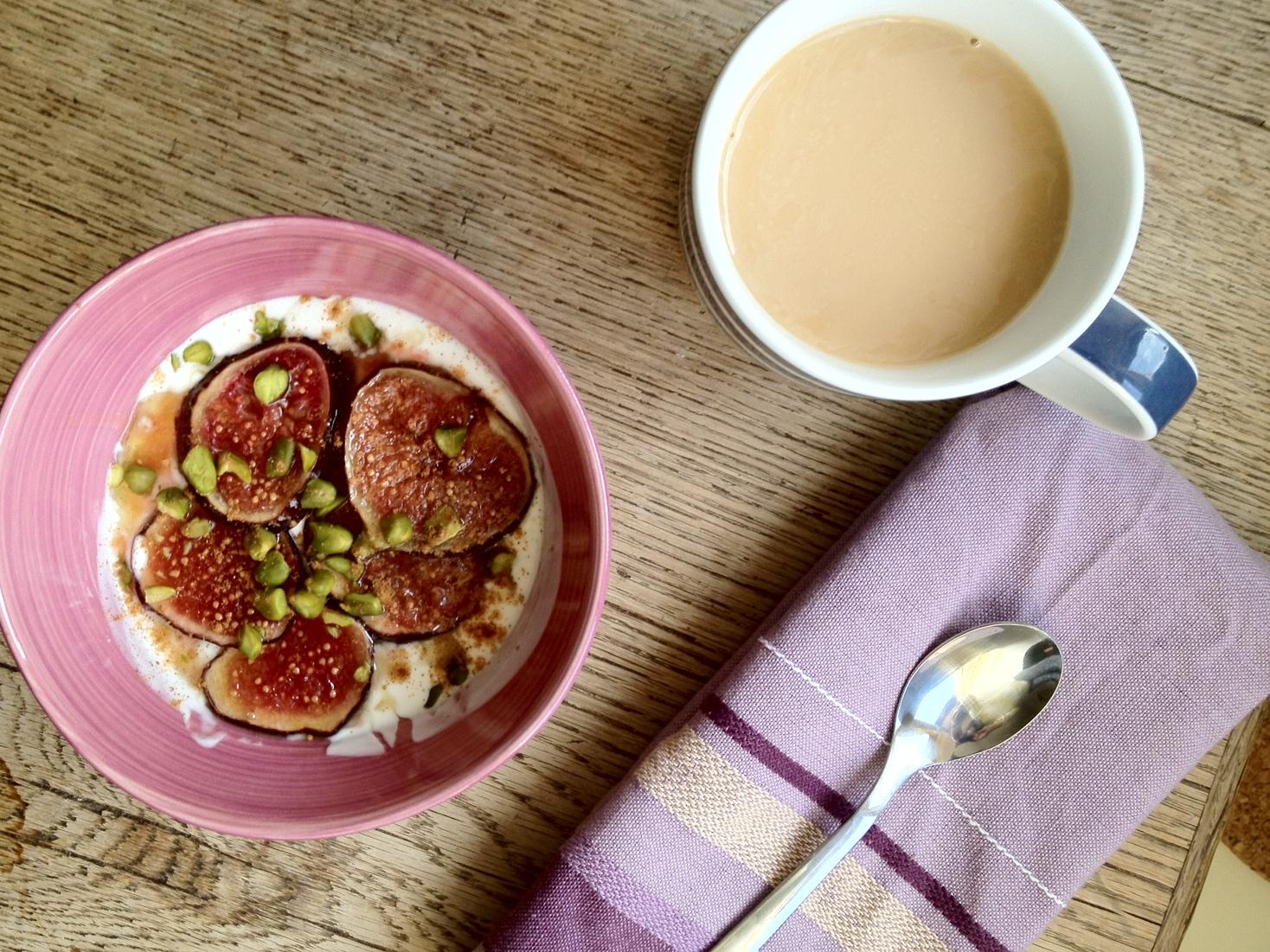 Cozy in Germany: Honey-caramelized figs with yogurt