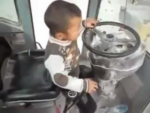 طفل صيني يقود جرافة باحترافية و نحن لا تلمس حتى السيارة