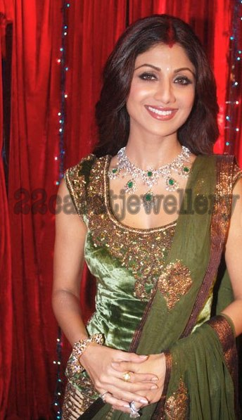 shilpa shetty in emerald necklace and bangle