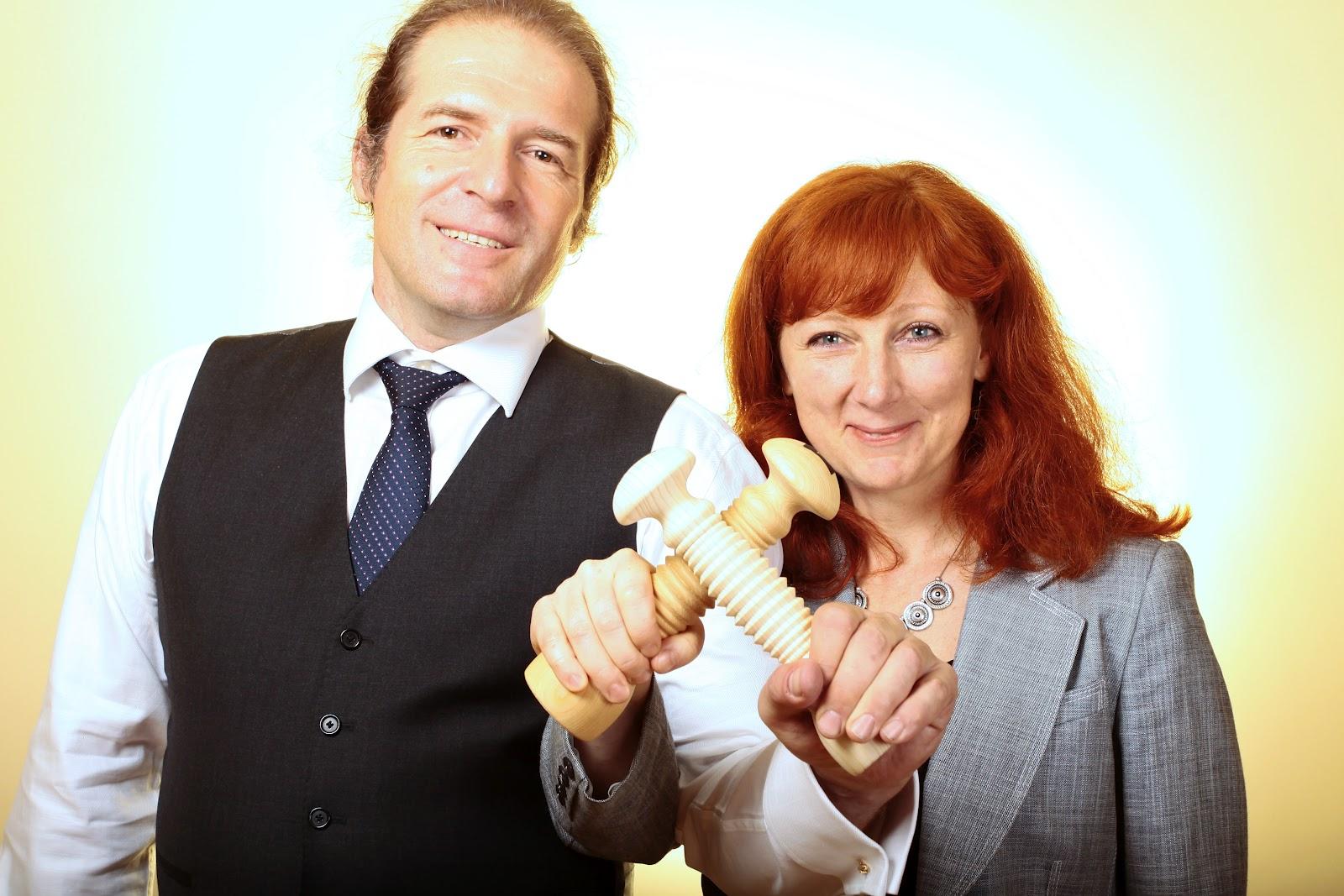 portrét Miloše Píchy a Radky Maňákové s rukověťmi managera