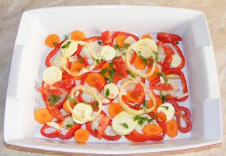 legume taiate rondele asezate sub forma unui pat de legume pe care se asaza peste, retete culinare, preparate culinare, retete de fripturi la cuptor,