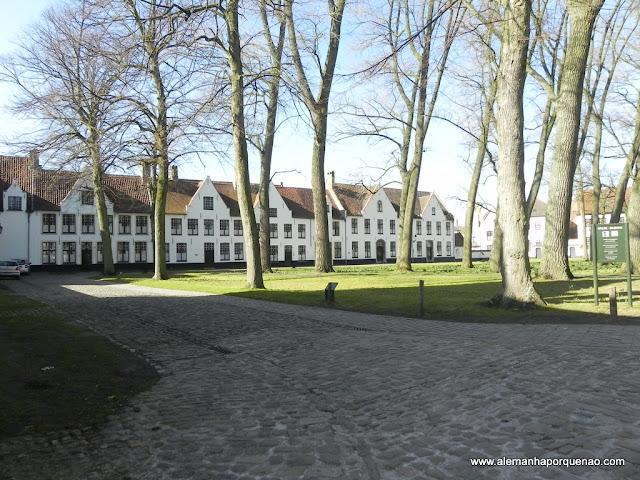 Beguinage, quarteirão de casas usadas no século XII para abrigar beatas da igreja católica romana. Os jardins são lindos!
