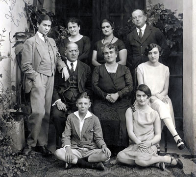 Frida Kahlo com traje masculino e família