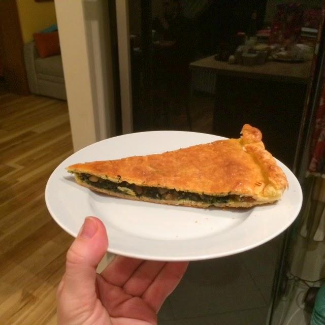 Пирог из слоеного теста со шпинатом, изюмом и кедровыми орешками