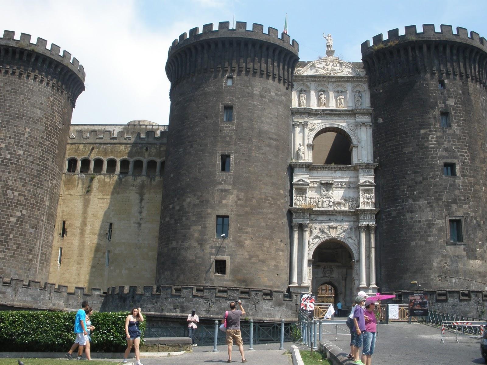 Castillo de Maschio Angionio, también conocido como Castillo Nuevo, posee un arco triunfal en su fachada.