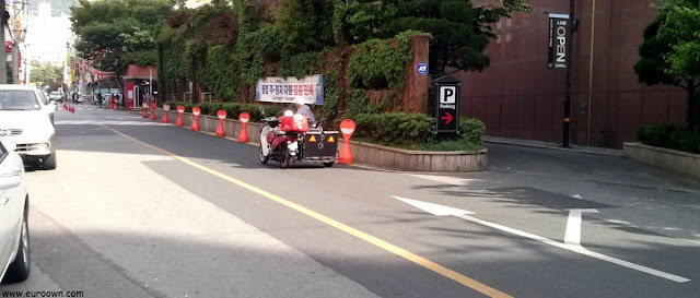 Motorista coreano en silla de ruedas