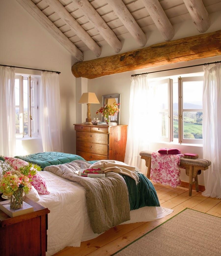 wystrój wnętrz, home decor, wnętrza, aranżacje, dekoracje, meble, dom, mieszkanie, styl rustykalny, styl francuski, szarości, stonowane kolory, sypialnia, łóżko, drewniany skos, drewniane belki