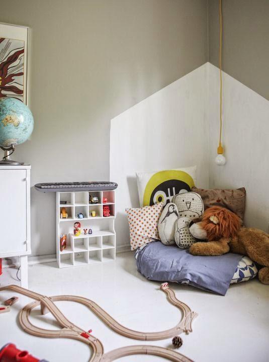 Pintura con forma de casa en esquina de dos paredes
