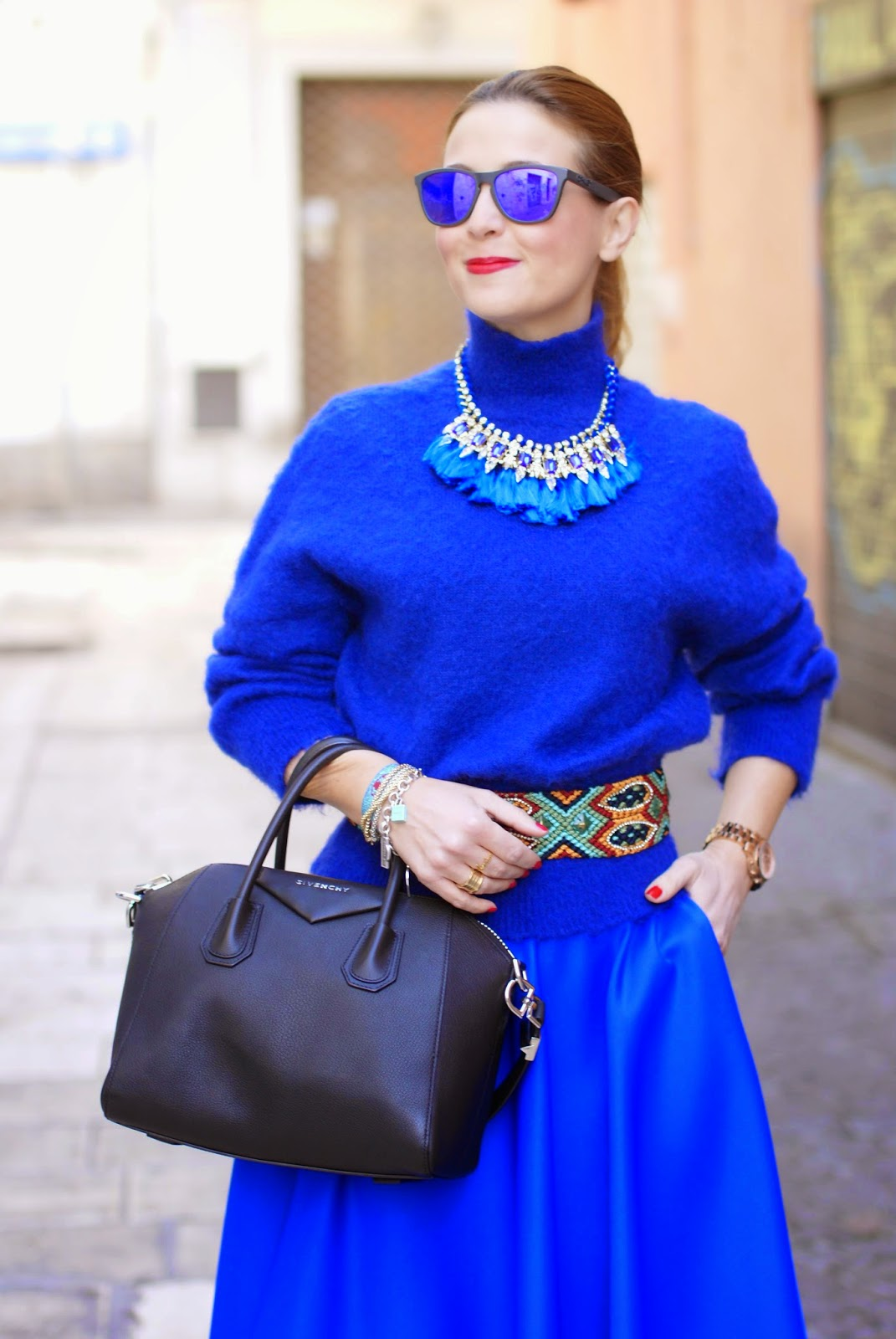 royal blue midi circle skirt, gonna a ruota blu elettrico, turtleneck sweater with tassel necklace, Fashion and Cookies, fashion blogger