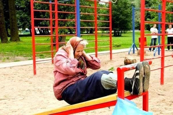 Этой бабуле 72. Практически каждый день она приходит на спортивную площадку и тренируется. Молодец бабуля! здоровья и долгих-долгих лет!