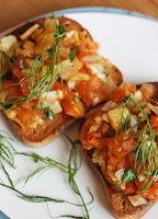 Crostini com Tomate e Erva-Doce (vegana)