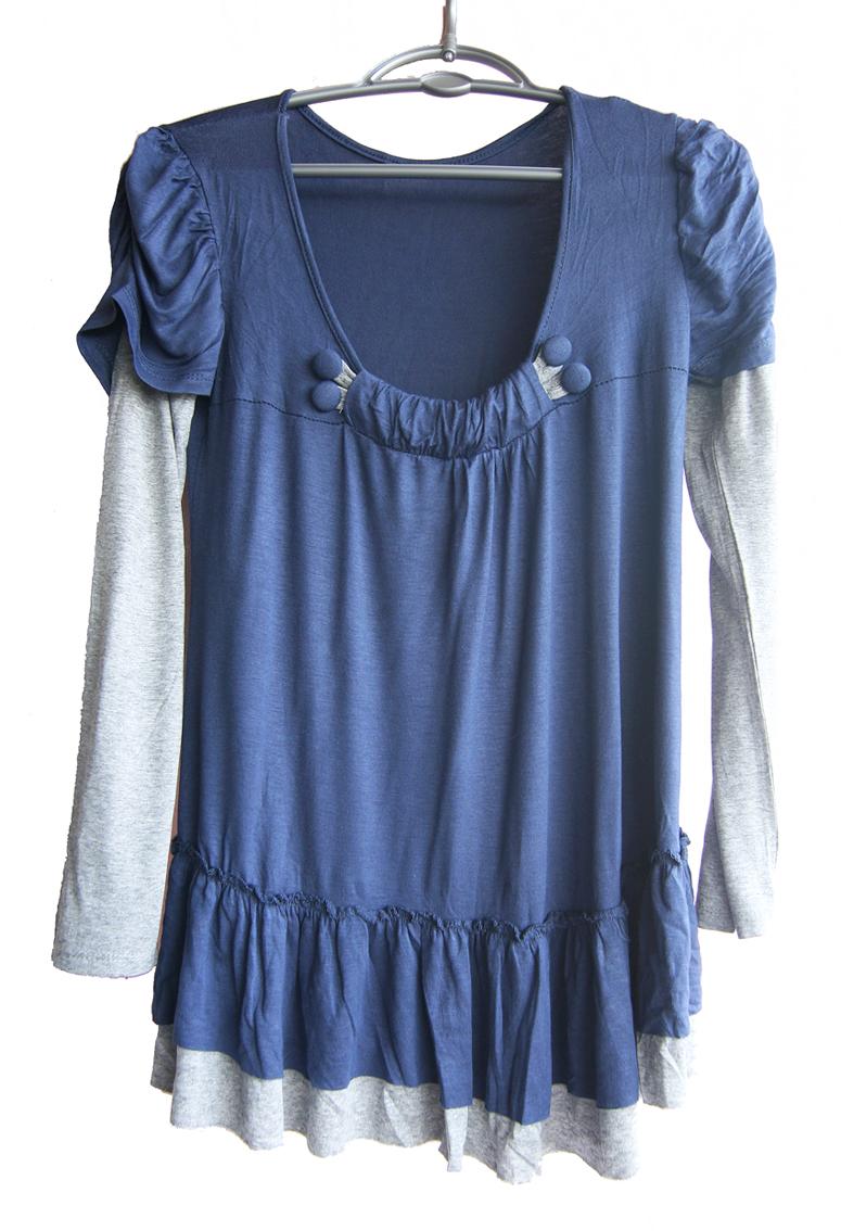 Bluza cu umeri bufanti, albastra, decorata cu nasturi imbracati in material