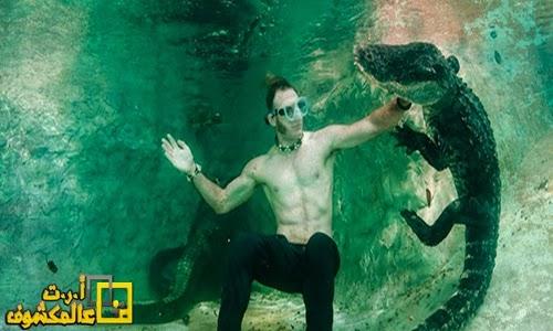 يخاطر بنفسه للسباحة مع التماسيح