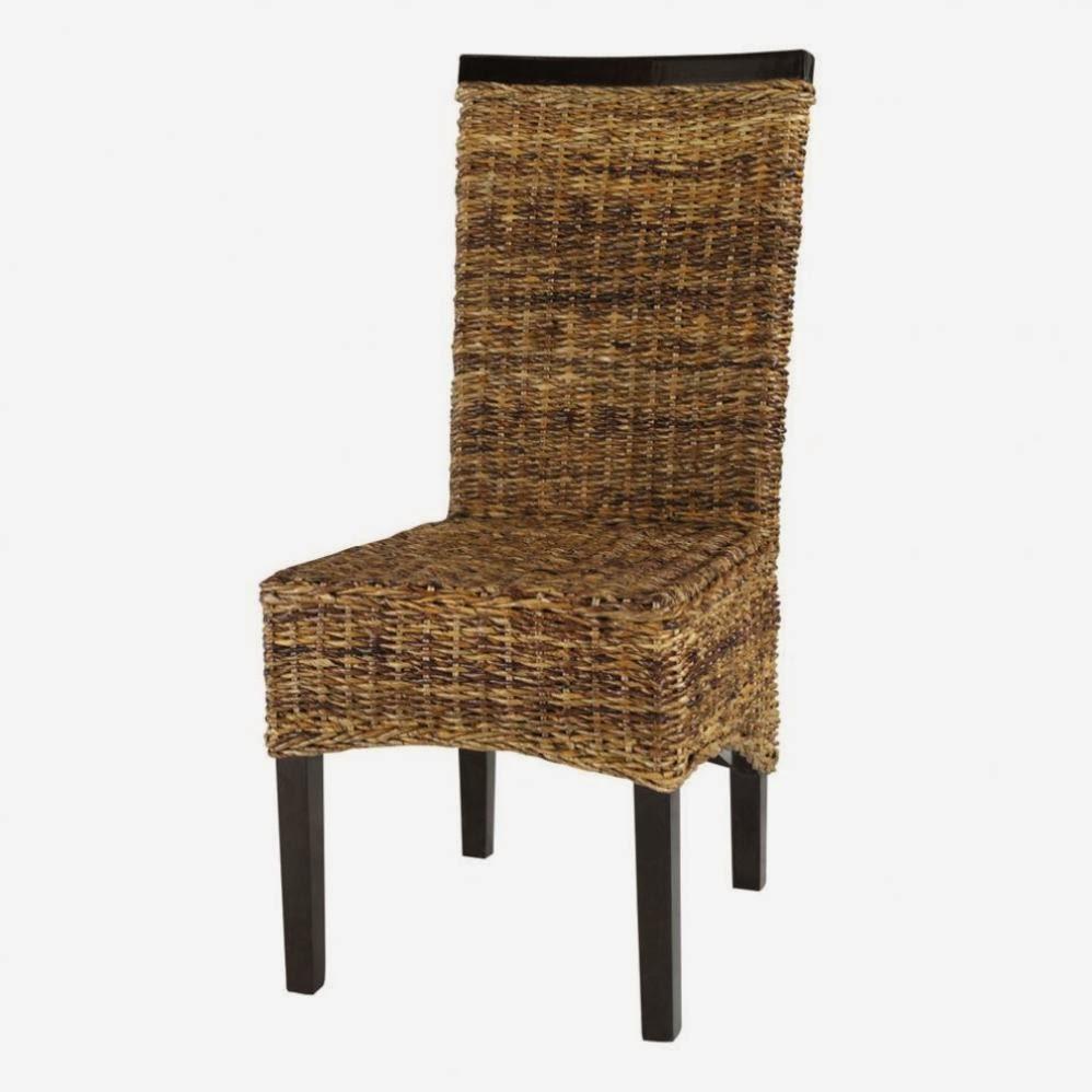 Una sedia in legno e vimini.