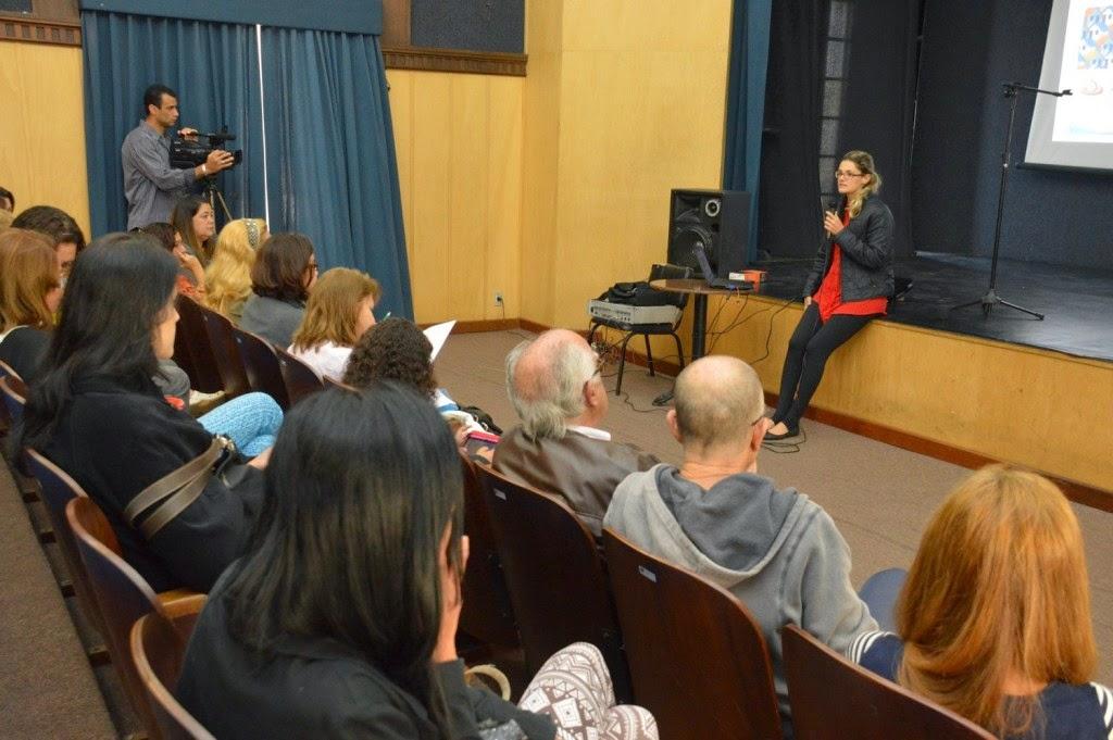 Técnica da Caixa, Ana Carolina Damiati apresenta o programa Minha Casa Minha Vida – Entidades em reunião do Conselho da Mulher
