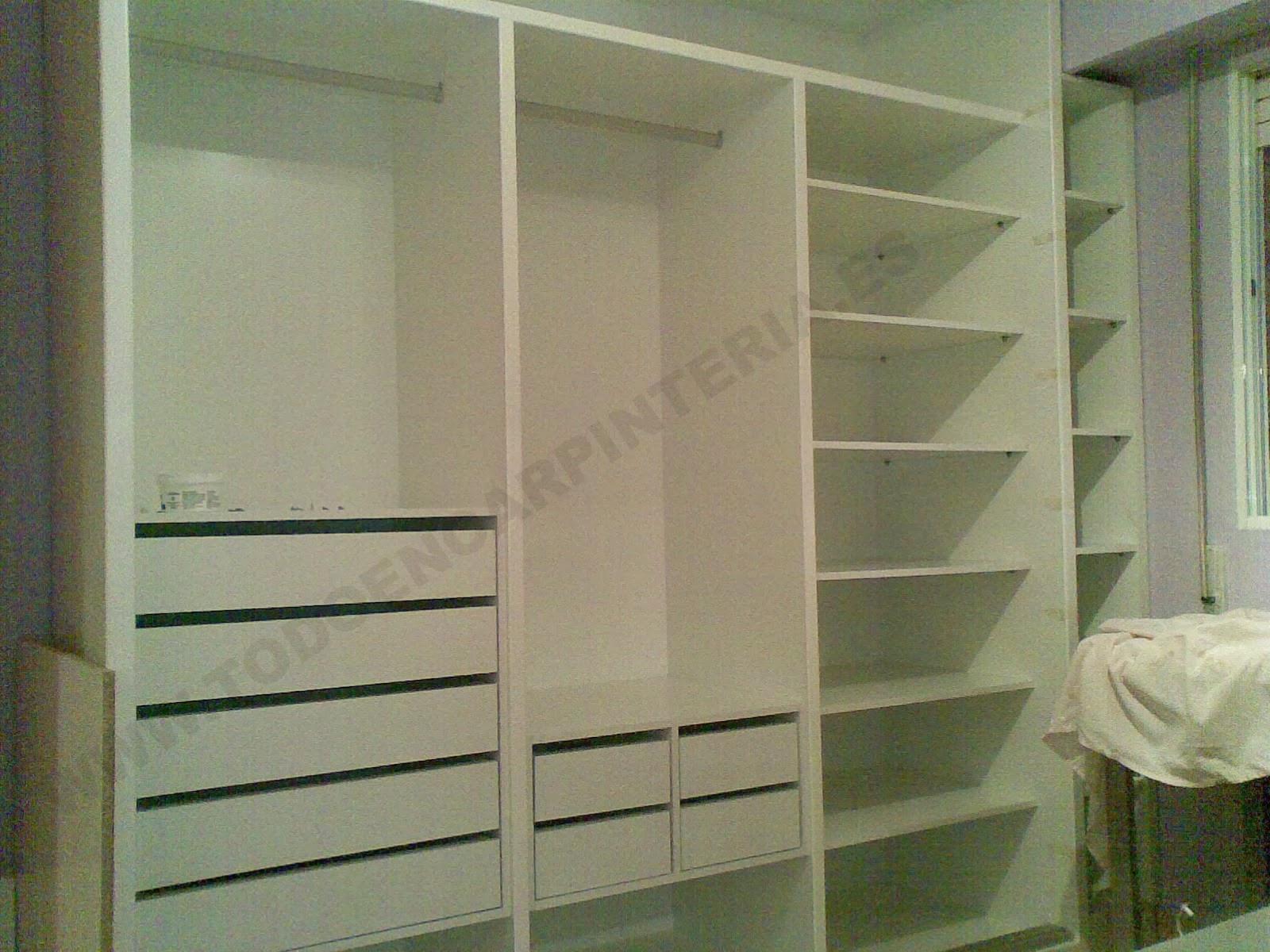 Distribución del interior del armario con numerosos elementos.