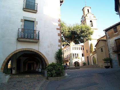La Plaça de la Vila amb les voltes, l'església i l'Arbre de la Llibertat