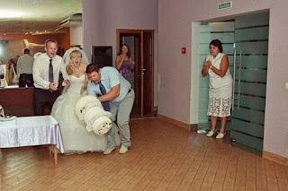 funny wedding photos: the fallen cake
