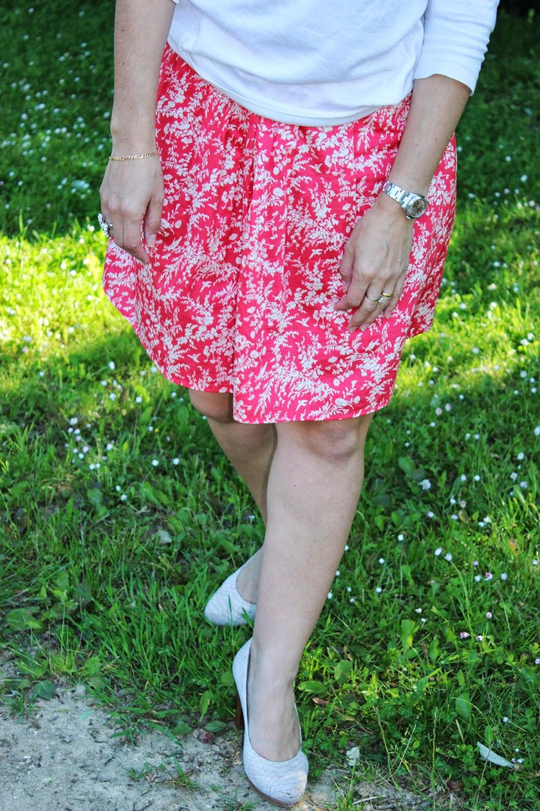 En ballade, jupe rose Naf Naf, chaussures Gadea