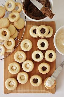 Simpele koekjes met karamel- & vanillevulling