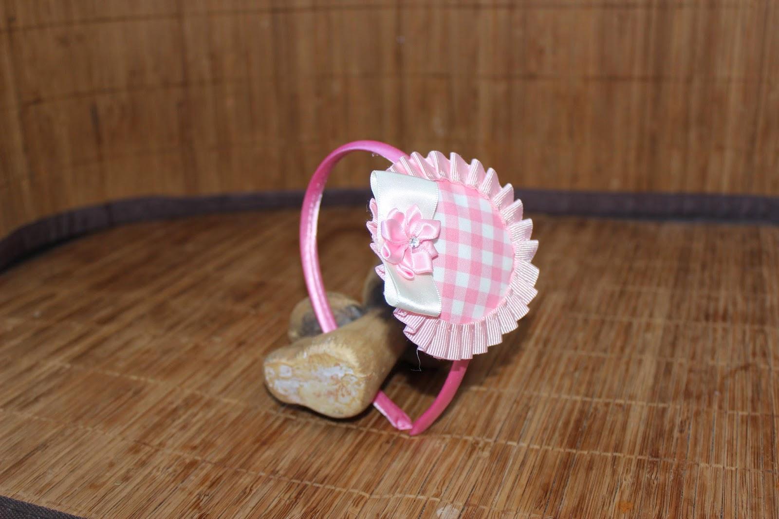 Diadema para Comunión color crema hecha con cinta de organza, lazo zapatero y flor de tela.
