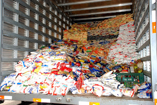 Mantimentos separados são levados para um caminhão