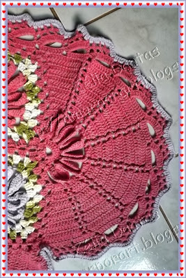 Tapete de crochê em formato de coração com grafico do barrado