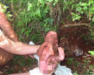 bayi keluar dari lumpur 1
