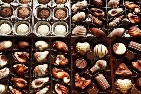 Evite o chocolate ao leite e o branco, eles são muito gordurosos e possuem pouco cacau, substância responsável pelos benefícios do chocolate...