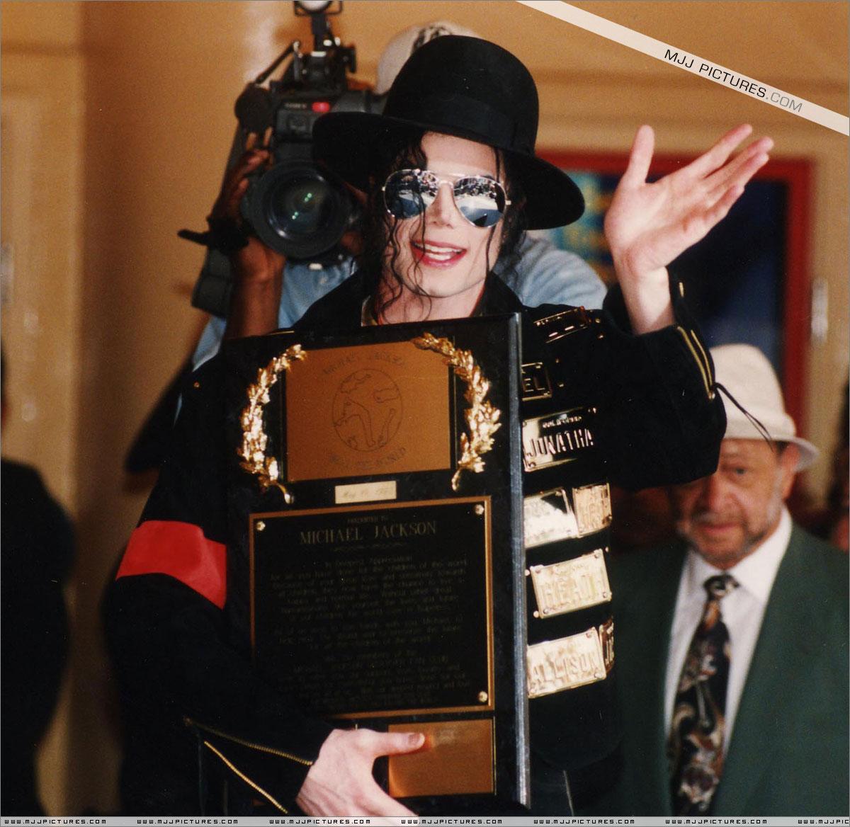 http://2.bp.blogspot.com/-6uEXji0pKho/T66gE6fDJKI/AAAAAAAAFW0/hTnxJPAALXQ/s1600/michael_jackson_awards_guinness_may_1993.jpg