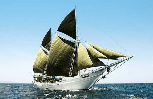 Gambar Kapal Layar Pinisi Khas Suku Bugis