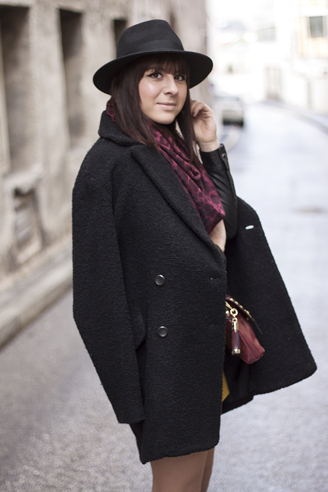 outfit-trend-fashionblogger-who-is-mocca-hut-kombinieren-tchibo-leoparden-schal-tuch-gelber-rock-oversize-mantel-mango-stiefeletten-tasche-sarenza