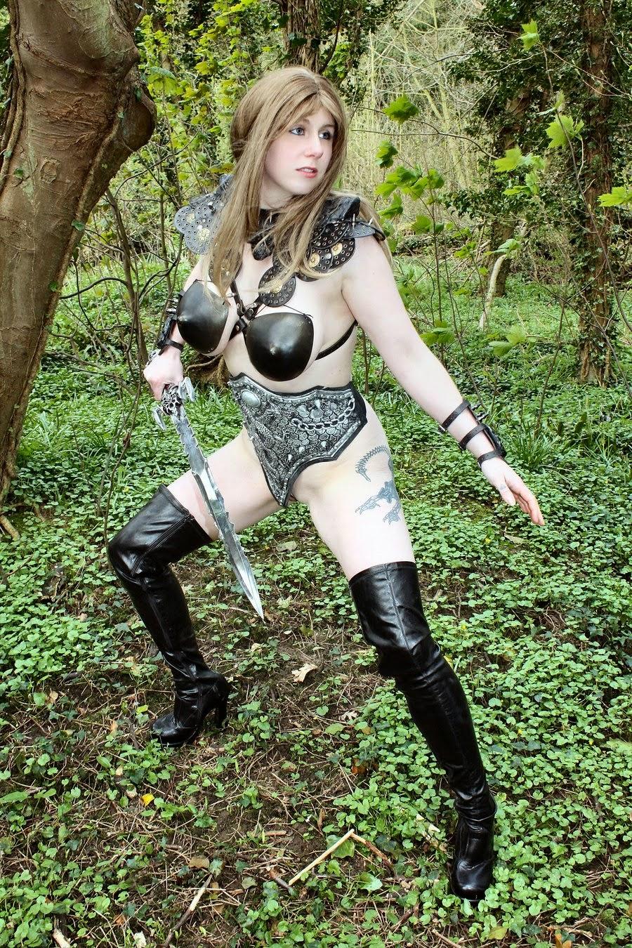 guerrière avec épée et soutien-gorge cuir moulée sur poitrine