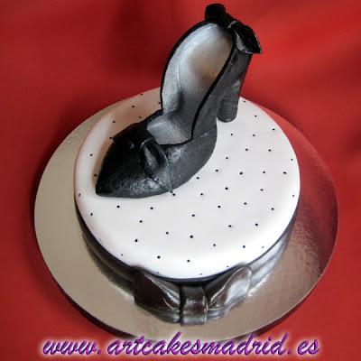 Tarta de cumpleaños con zapato de mujer