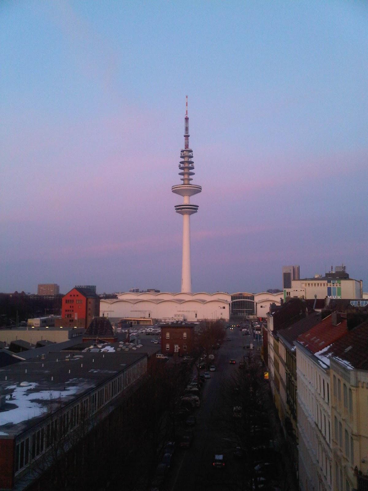 Fernsehturm von der Schanze aus mit den Messehallen zum Fuße des Fernsehturmes.