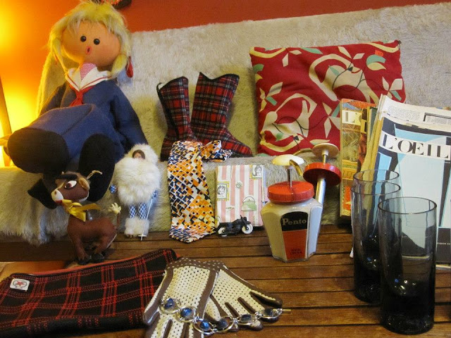 geant doll , gogo boots sleepers , vintage pillow , Pento , card rack 1950 50s 1960 60s 1970 70s atomic mid century l oeil magazines vintage glasses