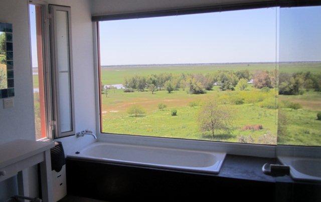 Baño suite Naranjos con ventanal 2.3x1.6h