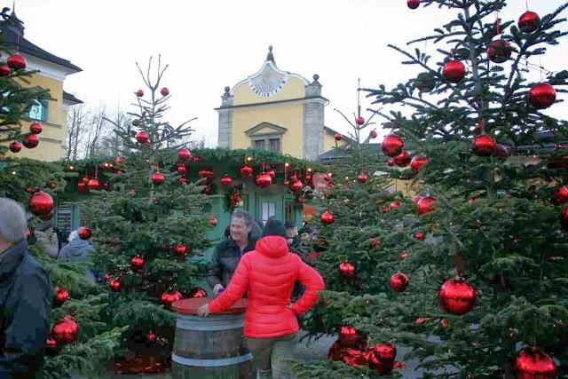 Dutzende von Christbäumen mit dicken, roten Kugeln auf dem Weihnachtsmarkt im Schloss Hellbrunn © Copyright Monika Fuchs, TravelWorldOnline